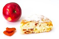 Apfelkuchen mit getrockneten Aprikosen auf einem weißen Hintergrund Stockbild