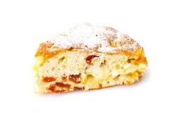 Apfelkuchen mit getrockneten Aprikosen auf einem weißen Hintergrund Lizenzfreie Stockfotografie