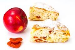 Apfelkuchen mit getrockneten Aprikosen auf einem weißen Hintergrund Lizenzfreies Stockbild