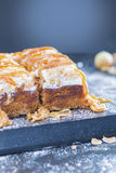 Apfelkuchen mit Haselnuss-Karamell-Belag Lizenzfreie Stockfotografie