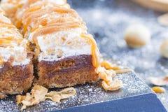 Apfelkuchen mit Haselnuss-Karamell-Belag, Zimt und Sugar Po Stockbild