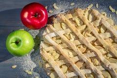 Apfelkuchen mit Mandeln, Puderzucker und Äpfeln Lizenzfreies Stockfoto
