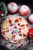 Apfelkuchen mit Moosbeere für Weihnachten in der Winterlandschaft Stockfotos