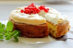 Apfelkuchen mit roten Johannisbeeren und Meringe. Stockfotografie