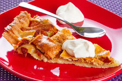 Apfelkuchen mit Sahnenachtisch Stockfotos