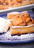 Apfelkuchen mit Schlagsahne und Puderzucker lizenzfreie stockbilder