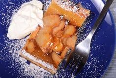 Apfelkuchen mit Schlagsahne und Puderzucker lizenzfreies stockbild