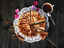 Apfelkuchen mit Tasse Tee Stockfotografie