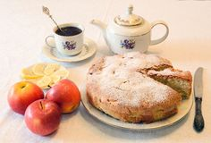 Apfelkuchen mit Tee Lizenzfreie Stockfotos