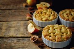 Apfelkuchen mit unterschiedlichem Design stockbild
