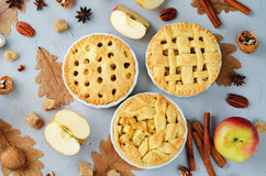 Apfelkuchen mit unterschiedlichem Design lizenzfreie stockfotografie