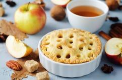 Apfelkuchen mit unterschiedlichem Design stockbilder