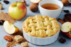 Apfelkuchen mit unterschiedlichem Design lizenzfreies stockfoto