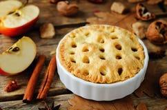 Apfelkuchen mit unterschiedlichem Design stockfoto
