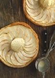 Apfelkuchen mit Vanilleeis Lizenzfreies Stockbild