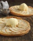 Apfelkuchen mit Vanilleeis Stockfoto