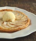Apfelkuchen mit Vanilleeis Stockfotografie