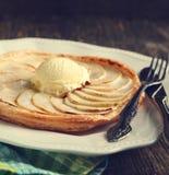 Apfelkuchen mit Vanilleeis auf hölzernem Hintergrund Stockfoto