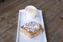 Apfelkuchen mit Vanillepuddingsoße lizenzfreies stockbild