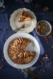 Apfelkuchen mit Walnüssen lizenzfreies stockfoto