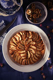 Apfelkuchen mit Walnüssen lizenzfreies stockbild