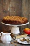 Apfelkuchen mit Walnuss- und Zuckerglasur Stockfotografie