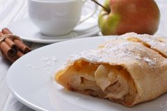 Apfelkuchen mit Zimt auf der weißen Platte Stockbild