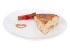 Apfelkuchen mit Zimt auf weißer Platte Stockfoto