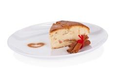 Apfelkuchen mit Zimt auf weißer Platte Lizenzfreie Stockbilder