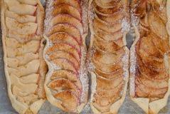 Apfelkuchen mit Zimt und Zucker Stockbild