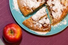 Apfelkuchen und der rote Apfel Lizenzfreie Stockbilder
