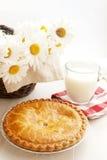 Apfelkuchen und Milch Stockbild