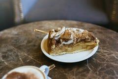 Apfelkuchen- und Schweizermeringe, auf brauner Marmortabelle im cafet Stockfoto