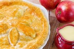 Apfelkuchen und Vanillepudding stockbild