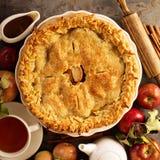 Apfelkuchen verziert mit Fallblättern stockfotos