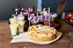 Apfelkuchen verziert mit Flaggen von Amerika und von Russland Stockbild