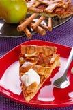 Apfelkuchennachtisch mit Sahne Stockfotos