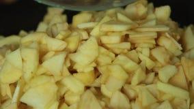 Apfelkuchennahrung kochen und anredend stock video footage