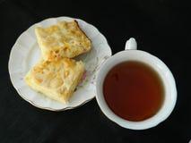 Apfelkuchenscheiben mit Tasse Tee Stockfotografie