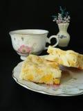 Apfelkuchenscheiben mit Tasse Tee Stockbild