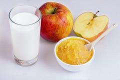 Apfelmus, Milch Stockfoto