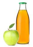 Apfelsaft in einer Glasflasche und in einem reifen Apfel lizenzfreie stockfotos