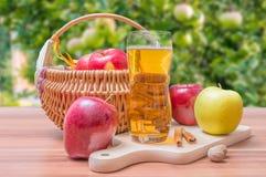 Apfelsaft - Getränk auf Holztisch lizenzfreies stockfoto