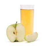 Apfelsaft im Glas und im Apfel Stockbild