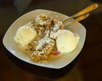 Apfelstrudel (πίτα μήλων) με το παγωτό Στοκ Εικόνα