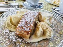 Apfelstrudel al forno fresco con gelato e panna montata Fotografia Stock