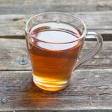 Apfelstrudel auf hölzernem Brett diente mit Tee stockbilder
