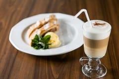 Apfelstrudel Ccappuccino und Stockfoto