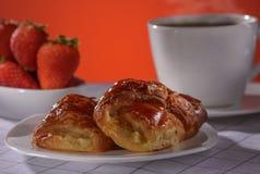 Apfelstrudel mit Kaffee und Erdbeere auf einem roten Hintergrund Lizenzfreies Stockbild