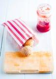 Apfelstrudel o strudel alle mele su una rastrelliera Immagine Stock Libera da Diritti
